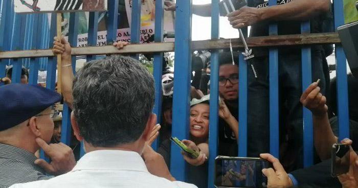 """Manifestantes contra AFP´s tildaron de """"traidores"""" y """"cobardes"""" a diputados del FMLN"""