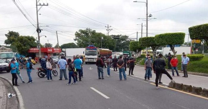 Empleados del Sitramss bloquean tramo de Avenida Peralta en acción de protesta