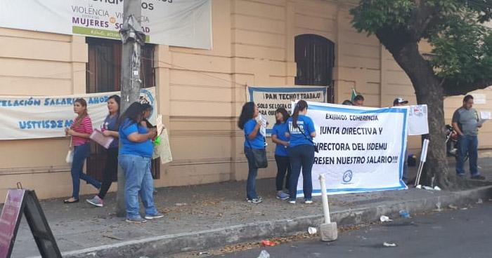 Sindicato de ISDEMU protesta y denuncia descuentos de hasta $200 a salarios