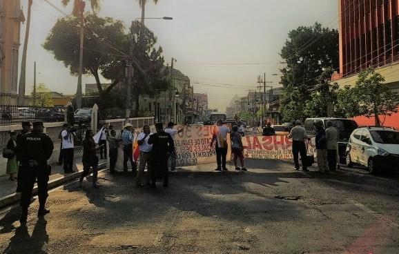 Sindicalistas protestan frente al Ministerio de Salud