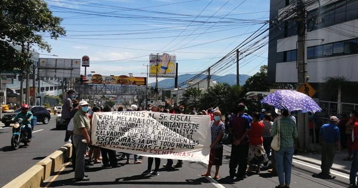 Cierran carriles del Paseo General Escalón para exigir escrituras de terrenos