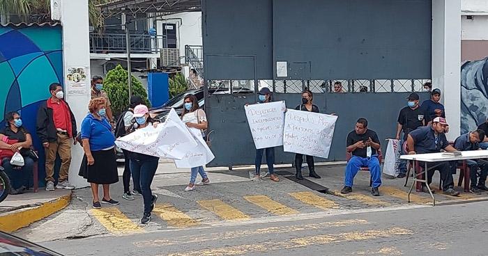 Protestan contra Alcaldía de Soyapango por impago de bonos y despidos