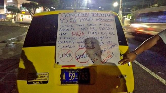Taxistas protestan en contra de UBER y VAMOS en la plaza al Divino Salvador del Mundo