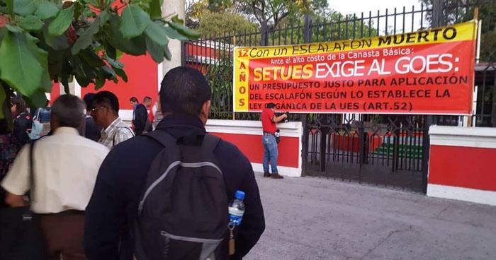 Sindicato de trabajadores de la UES protesta en contra del Gobierno por falta del escalafón