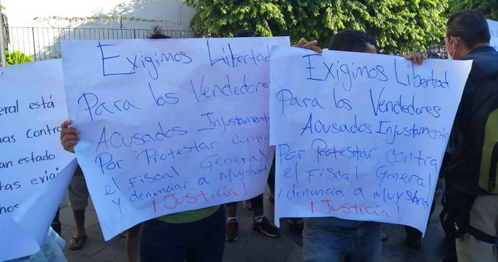 Exigen liberación de vendedores capturados tras operativos en San Salvador