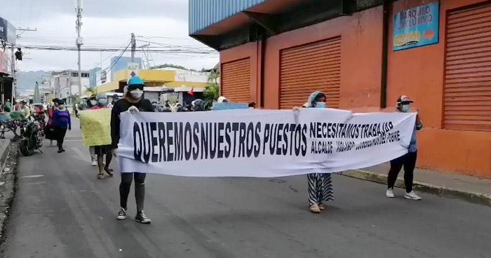 Vendedores desalojados protestan en calles de San Miguel
