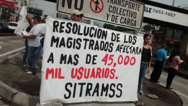 Inician protestas en carril de SITRAMSS por resolución de la Sala de lo Constitucional