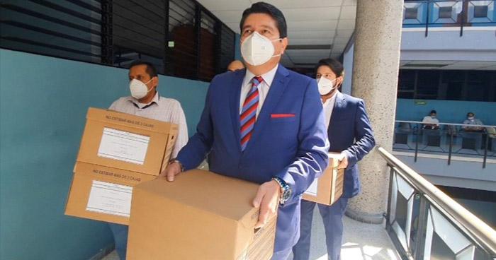 Presidente de CEL presenta documentación para acusación contra Mauricio Funes