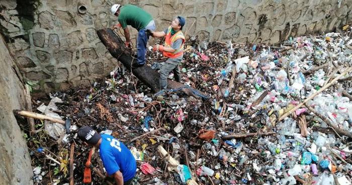Quebrada obstruida por basura tras fuerte lluvia de anoche en Usulután
