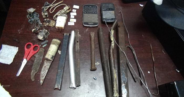 Encuentran celulares y armas corto punzantes en caletas  en el Centro Penal de Quezaltepeque