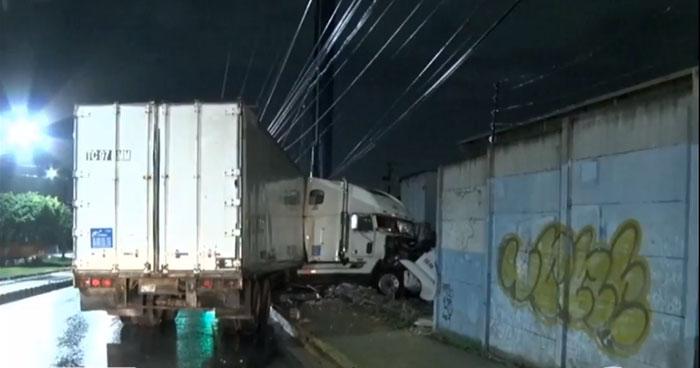 Rastra derribó muro de una empresa sobre el Bulevar del Ejército