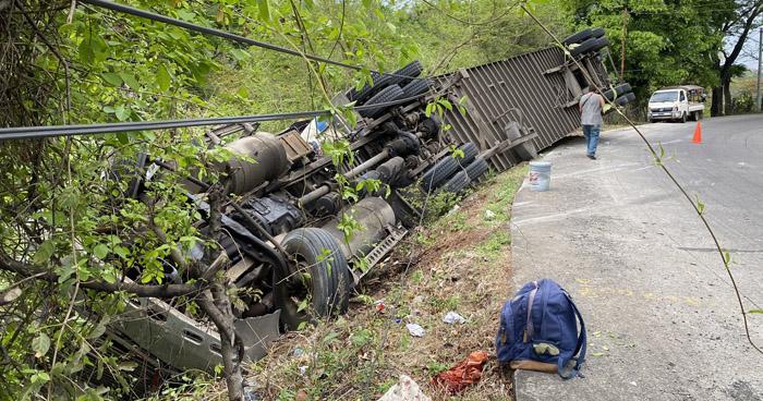Un lesionado tras vuelco de furgón en El Carmen, La Unión