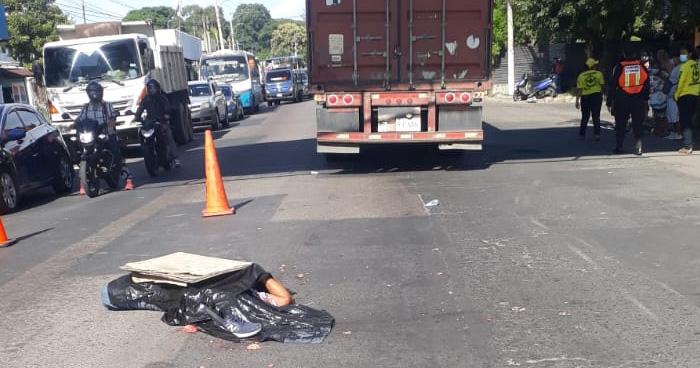 Pickup y rastra atropellan y matan a persona en el bulevar del ejercito en Ilopango