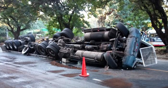 Rastra volcada en carretera de Santa Ana a San Salvador