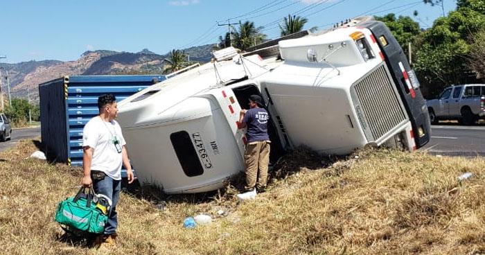 Tres heridos tras vuelco de camiones en diferentes puntos del accidente del país