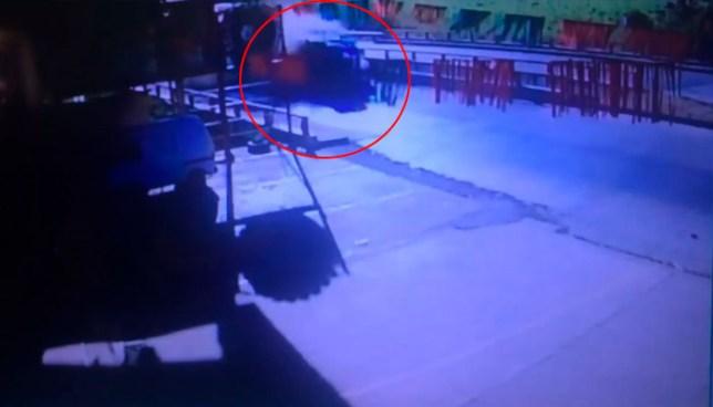 VIDEO | Cámara de seguridad capta vuelco de rastra en carretera de Sonsonate