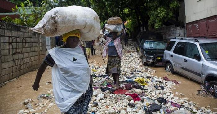"""Al menos 12 personas murieron por paso de tormenta tropical """"Laura"""" por Haití y República Dominicana"""