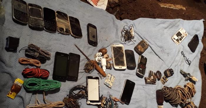 Encuentran 14 celulares, cargadores y otros artículos ilegales en Penal de Chalatenango