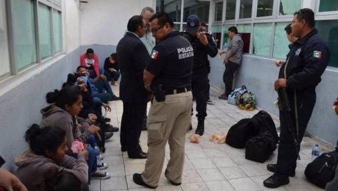 Rescatan a 98 migrantes de camión