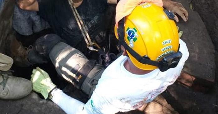 Rescatan a hombre que cayó a una fosa séptica de 12 metros de profundidad