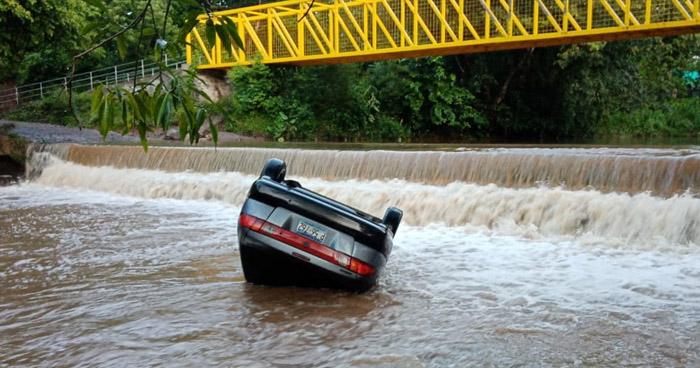Hombre muere al ser arrastrado junto a su vehículo por corriente de un río en Zacatecoluca, La Paz