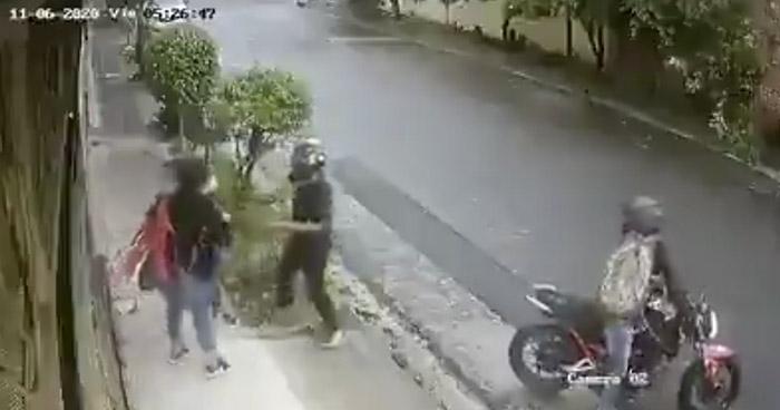 VIDEO | Cámaras captan robo a mano armada en colonia Arce, San Salvador