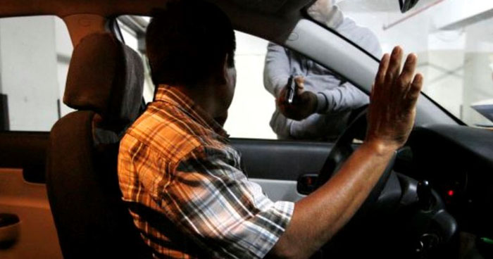 Sujetos que fingieron ser clientes para robar vehículo de UBER en San Salvador