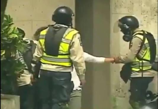 VIDEO | Policía de Venezuela es captada robando a dos manifestantes