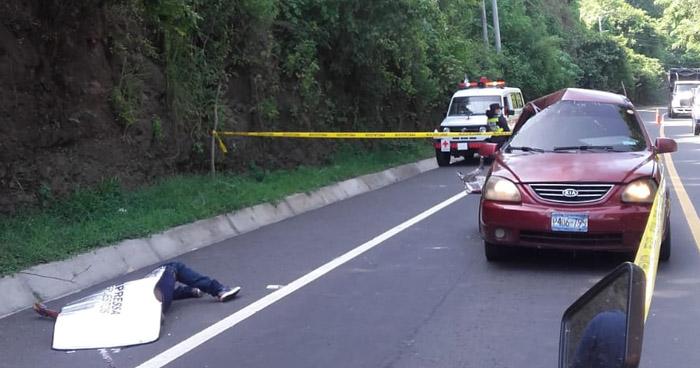 Un fallecido tras caer roca sobre un vehículo en carretera al Puerto de La Libertad