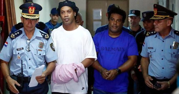 Ronaldinho y su hermano enviados a prisión por portar pasaportes falsos
