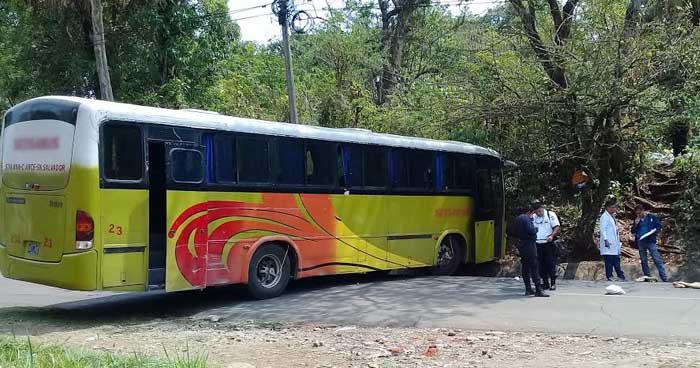 Mujer gravemente lesionada tras intentar suicidarse lanzándose contra un bus en Cuidad Arce