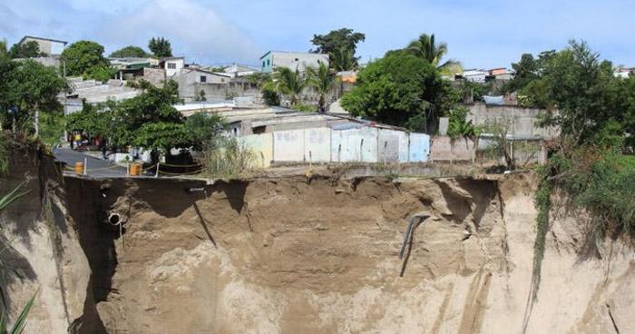 Cárcava amenaza con afectar a más de 400 viviendas en Residencial Santa Lucía