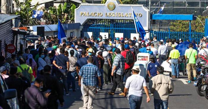 Sindicalistas afuera de la Asamblea Legislativa esperan decisión sobre director de la PNC, Mauricio Arriaza Chicas