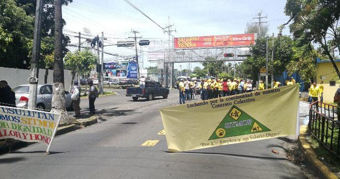 Sindicalistas de MOP cierran alameda Manuel Enrique Araujo en acción de protesta, trafico pesado