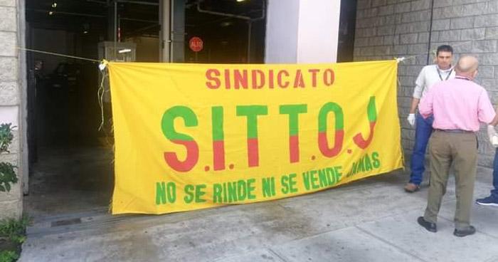 Sindicalistas bloquean ingreso de personal al Centro Judicial de Santa Tecla
