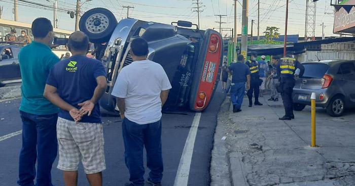 Vuelca autobús en Bulevar San Bartolo de Ilopango y resulta un lesionado
