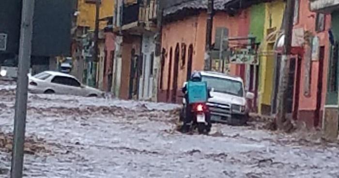 Fuerte lluvia inundó las calles de Sonsonate este jueves