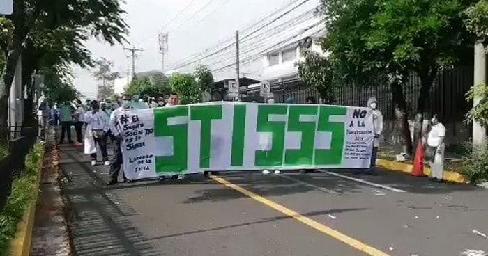 Sindicalistas protestan en contra de la privatización del ISSS