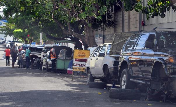 Talleres que utilizan las aceras para estacionar vehículos serán sancionados