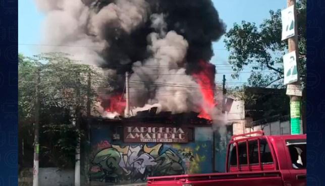 Incendio consume taller y tapicería en el Bulevar del Ejercito en Soyapango
