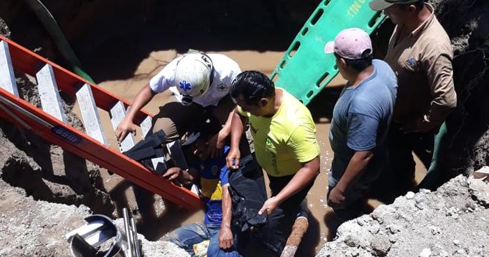 Un trabajador de ANDA resulto lesionado tras caerle un alud de tierra en San Salvador