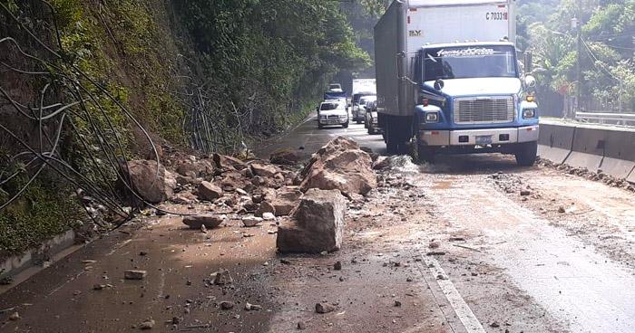 Otro derrumbe se registró hoy en carretera Los Chorros