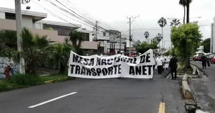 Transportistas organizan marcha y amenazan con paro si no aprueban compensación económica