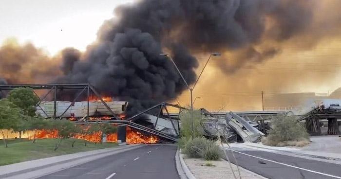 Tren se descarrila sobre puente en Arizona y luego se incendia