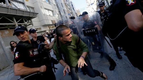 Policía turca dispara balas de goma contra marcha del orgullo gay