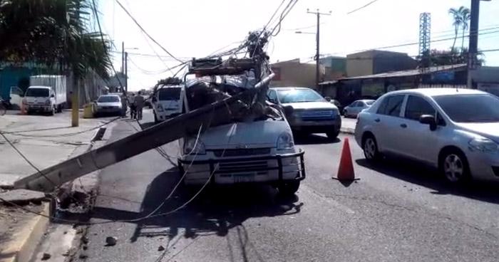 Postes caen sobre dos vehículos en calle de Santa Tecla
