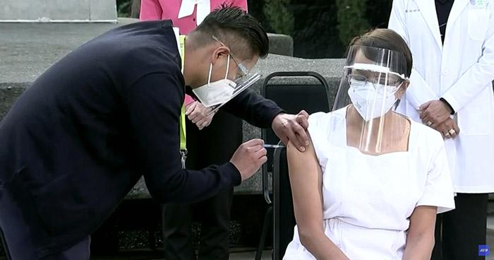 Enfermera de terapia intensiva fue la primera en vacunarse contra el COVID-19 en México