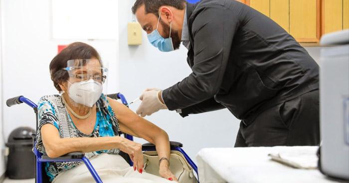 Ex ministra de Salud, Dra. María Isabel Rodríguez, recibe su vacuna contra el COVID-19