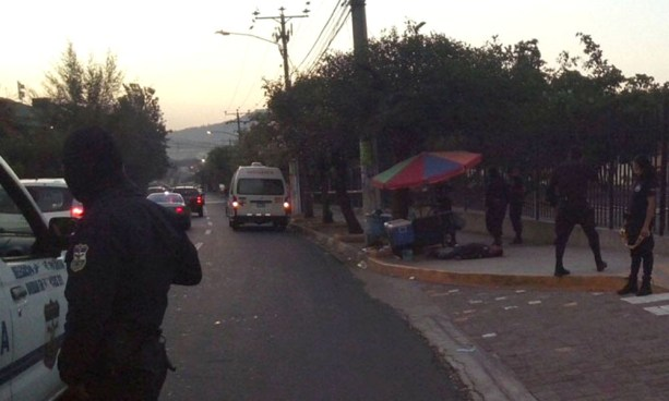 Pandilleros vapulean a un hombre por un centro comercial y muere en un Hospital de San Salvador