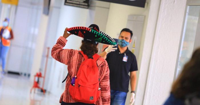 Más de 80 salvadoreños retornaron hoy tras permanecer varados en México
